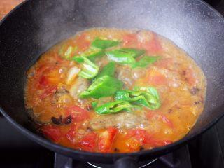 番茄啤酒炖光鱼,这个时候加入切块的青尖椒。