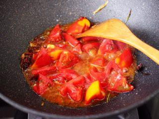 番茄啤酒炖光鱼,加入切块的番茄,慢慢炒至变软多汁的时候。