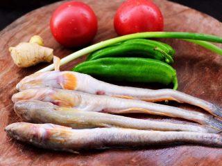 番茄啤酒炖光鱼,首先备齐所有的食材。