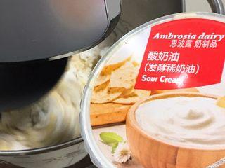 酸奶油椰蓉面包,启动厨师机搅拌。