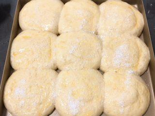 酸奶油椰蓉面包,发酵完成刷上鸡蛋液,撒上椰蓉。