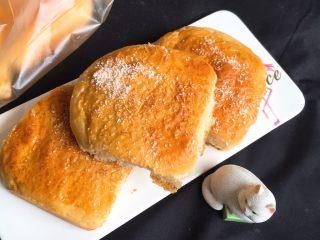 酸奶油椰蓉面包,冷却后就可以品尝了。
