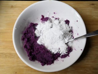西米紫薯球,加入糯米粉,糯米粉分次一点点加入(不要一次倒进去)。