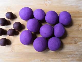 西米紫薯球,把揉好的团分成差不多大小的小团子,豆沙馅也撮成小团备用。