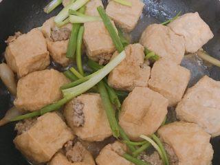 酿豆腐泡,汁收到差不多放入葱叶