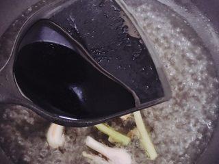 酿豆腐泡,加入生抽