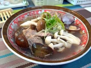 双菇蛤蜊排骨汤,上桌前再加点葱提味,香菇煮出来的排骨汤温润好喝,微微姜香味很是补身, 同时也能喝到蛤蜊的鲜美哦~