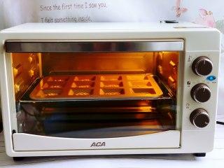 黑芝麻薄饼,放入预热至160度的aca烤箱中层,上下火烘烤15分钟左右。