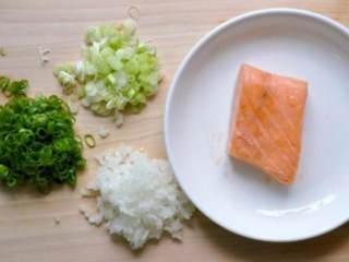 鮭鱼炒饭 ,煮一锅饭并将适量白饭盛出备用,青葱切花、洋葱切碎,材料準备如图