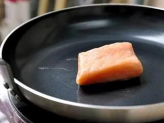鮭鱼炒饭 ,锅内不放油,鮭鱼皮朝下煎熟(这次我不会用到鱼皮,如果有时间可将鱼皮另外煎脆,最后再洒在饭上)
