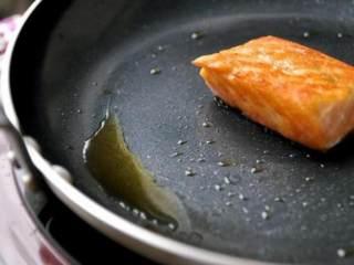 鮭鱼炒饭 ,由於鮭鱼都是冷冻进口,油脂味道没那麼好,如图中将煎出的鱼油倒掉不用,最后再用锅铲将鱼肉拨散