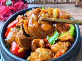 黄焖鸡,美味的黄焖鸡做好了,肉质鲜嫩,汤汁浓郁,超级好吃,拌米饭更是一绝。