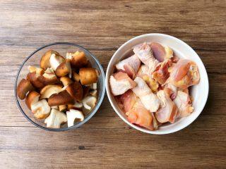 黄焖鸡,首先把鸡腿清洗干净切成块(建议不要切太小块),香菇清洗干净切成小块待用。
