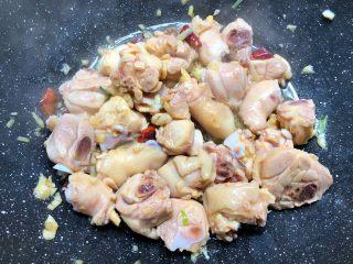 黄焖鸡,倒入鸡块,大火翻炒3分钟。