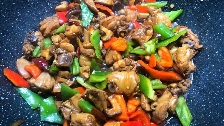 黄焖鸡,焖好以后,加入适量盐再焖5分钟,再加入青红椒块翻炒1分钟至断生,加入葱叶即可出锅。