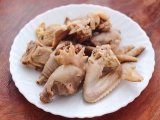 土鸡土豆粉条一锅炖,把土鸡块捞出,洗净沥干水分。
