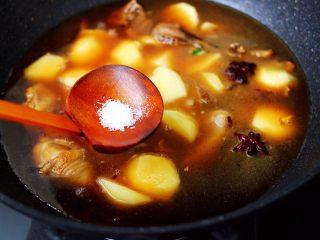 土鸡土豆粉条一锅炖,根据个人口味,加入适量的盐调味。