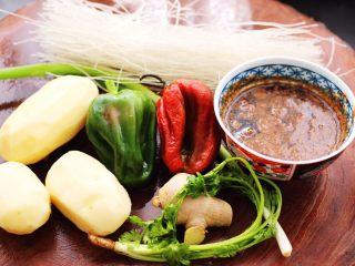 土鸡土豆粉条一锅炖,首先把配菜准备好。