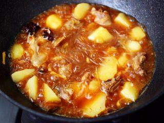 土鸡土豆粉条一锅炖,看见锅中汤汁,变得越来越浓稠,粉条变得透明的时候。