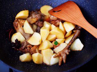 土鸡土豆粉条一锅炖,加入切块的土豆,大火继续翻炒片刻。