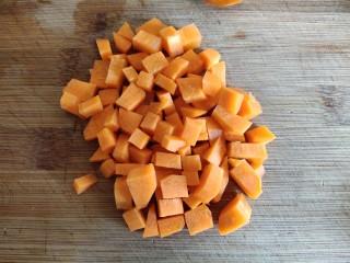 懒人排骨焖饭,胡萝卜切丁