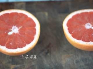 制作超简单的夏日清凉解暑小饮料,西柚洗净切开。