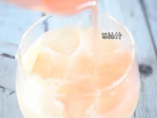 制作超简单的夏日清凉解暑小饮料,倒入西柚汁。