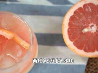 制作超简单的夏日清凉解暑小饮料,『食材』  西柚/养乐多/冰块