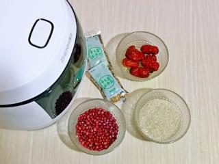营养谷物杂粮粥,准备食材及电饭煲,食材可以根据个人喜好调换,红豆也可以不放,根据自己喜欢来定。