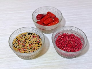 营养谷物杂粮粥,红豆同样洗干净,加入纯净水泡2小时,大枣洗干净,泡10分钟。