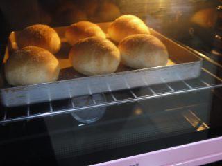 芝士小餐包,面包上色后要盖锡纸防止烤焦。