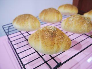 芝士小餐包,面包烤好后取出,放在冷却架上晾凉即可食用。