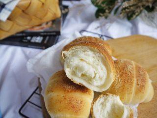 芝士小餐包,放置一夜之后的面包更加好吃了,面包本来有一点点甜,撒上了咸香味的芝士粉,也很好吃哦。