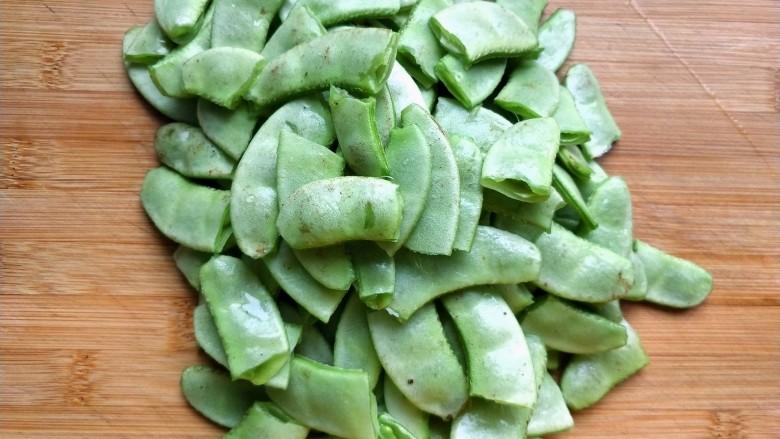 辣炒白扁豆,扁豆择成小段。