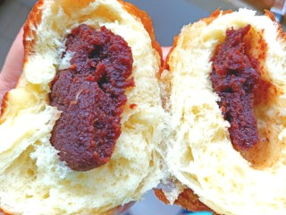 炸红豆沙馅酸奶面包,掰开尝一下,暄软香甜,特别好吃