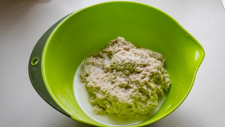 烤面筋,倒入面筋粉,边倒入边用筷子搅拌,避免面粉结疙瘩,出现面疙瘩就用手搅散捏开。面粉吸足水分后变成粗拉拉的面团,盆里有多余的水,直接倒掉就好。