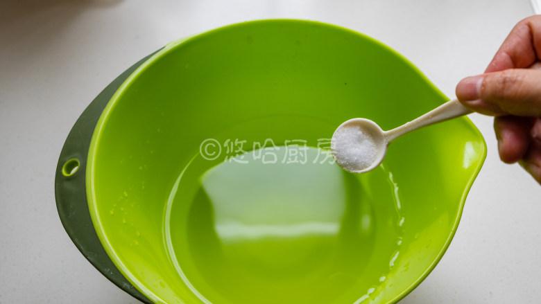 烤面筋,盆里放温水,用手试一下能感受到温热的状态,放2克盐搅匀。