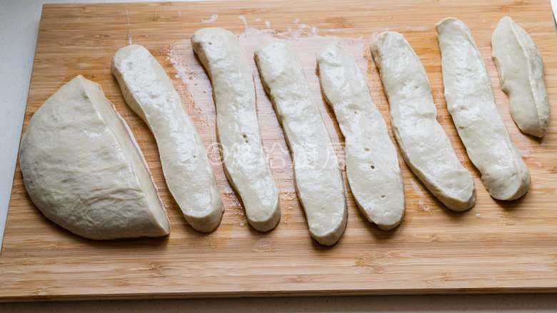 烤面筋,用刀切成稍宽一点长条,每个面团之间不要紧挨着,一会就会粘在一起。