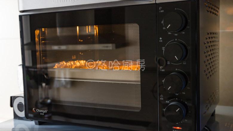 烤面筋,烤箱提前用上下火各200度进行预热,预热到位后放入烤盘至中层,先烤7~8分钟左右。