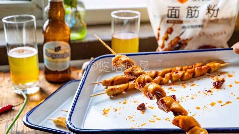 烤面筋,到时间后取出,呜哈哈,好吃的面筋上桌了,这个时候来一杯啤酒真是惬意哈。