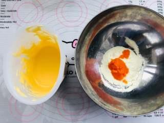 胡萝卜蛋黄溶豆,胡萝卜泥和奶粉放在一个碗中,把打好的蛋黄糊倒进碗里,开始切拌混合,混合均匀即可。