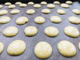 胡萝卜蛋黄溶豆,将面糊挤到烤盘上,注意间隔要开一些。挤出的每个小圆的大小直接影响了烘烤的时间,所以一般不建议挤很大哦。