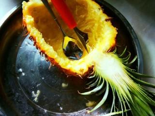#花样水果#     凤梨香饭,凤梨对半切开,挖出果肉。