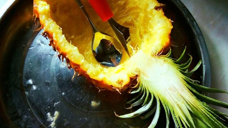#花样水果#     凤梨香饭,<a style='color:red;display:inline-block;' href='/shicai/ 2388'>凤梨</a>对半切开,挖出果肉。