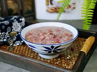 营养谷物杂粮粥,盛出装入碗中,即可食用。用这款饭煲做粥太合适了,一小时二十分熬出来的粥,口感香糯,老少皆宜。
