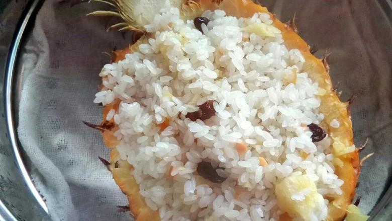 #花样水果#     凤梨香饭,蒸熟后关火。