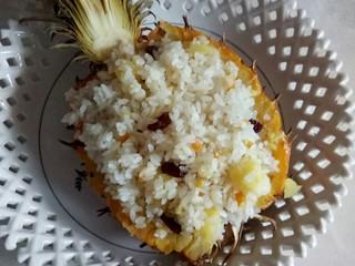 #花样水果#     凤梨香饭,放入果盘中。