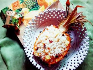 #花样水果#     凤梨香饭,端上餐桌。