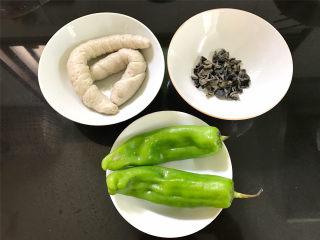 青椒黑木耳炒面筋,准备好材料,面筋2个,干黑木耳10克,青椒2个。