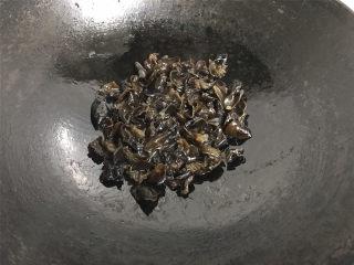 青椒黑木耳炒面筋,锅中倒放适量油,放放黑木耳煸炒。